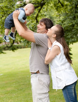 幸せな家族が公園を散歩します。