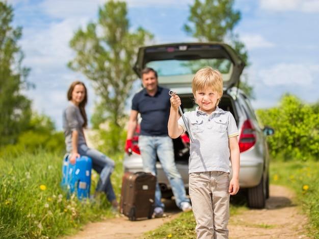 車で旅行に行く幸せな家族