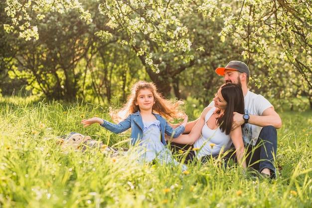 Счастливая семья висит в саду