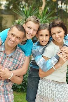 Счастливая семья весело провести время в саду отеля тропик