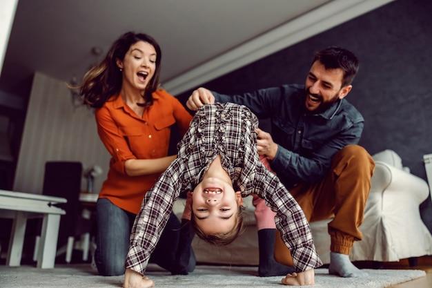 幸せな家族は一緒に素晴らしい時間を過ごします。