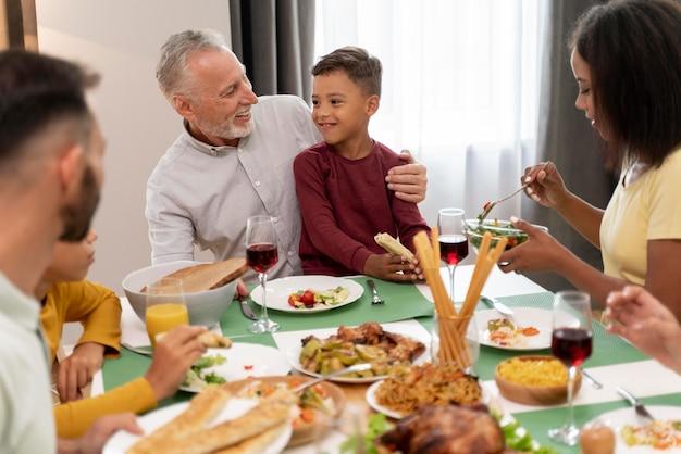 一緒に幸せな家族のhavinfディナー