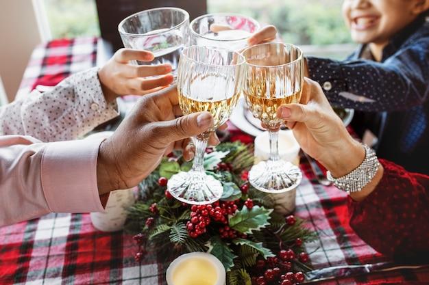 집에서 크리스마스 저녁을 먹고 행복 한 가족