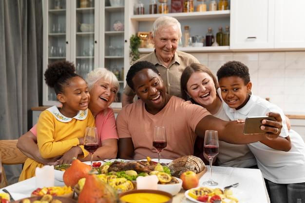 一緒に素敵な感謝祭のディナーを持っている幸せな家族
