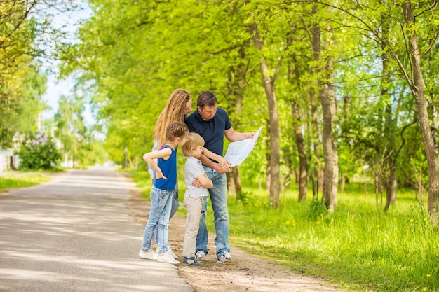 Счастливая семья, отдыхая на открытом воздухе в осеннем парке.
