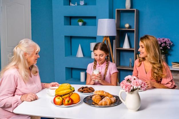 Счастливая семья, завтракающая утром дома