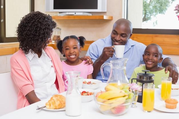 朝、一緒に朝食を食べる幸せな家族