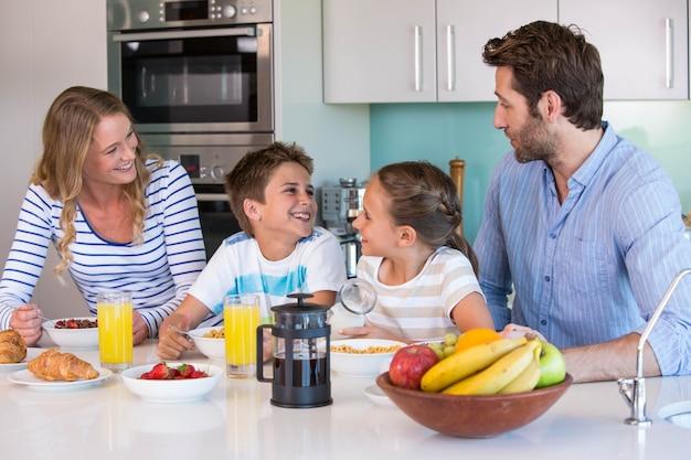 朝食を一緒に食べる幸せな家族