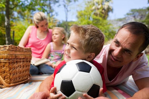 ピクニックで楽しいことをする幸せな家族
