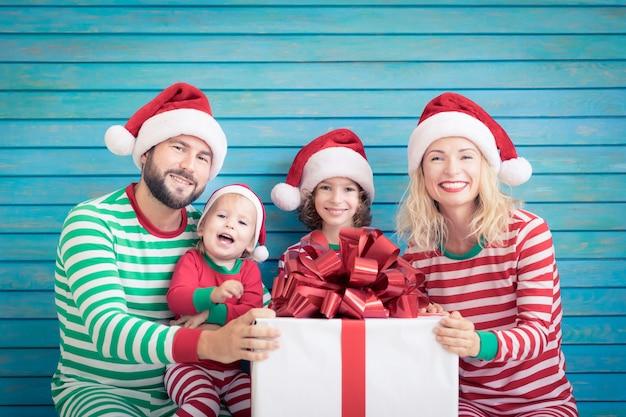 クリスマスの時期に楽しんで幸せな家族。家にいる父、母、子供たち。クリスマスの休日の概念