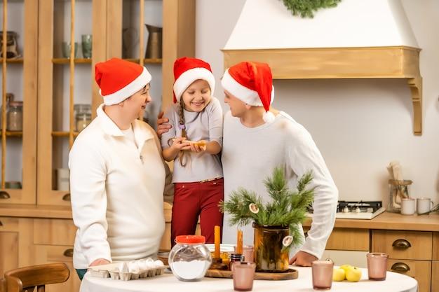 Счастливая семья весело дома, семья готовит перед рождеством