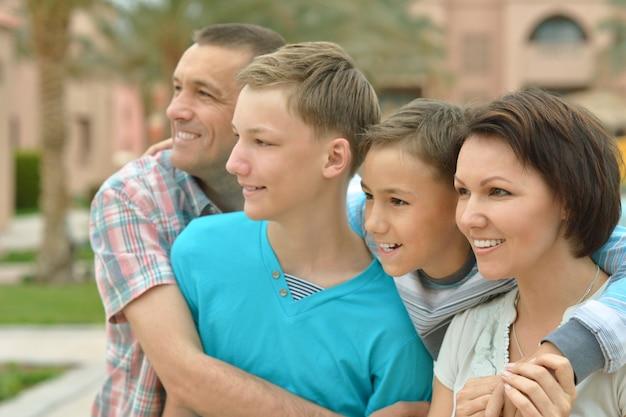 Счастливая семья весело на тропическом курорте.