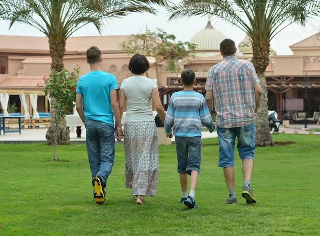 トロピカルリゾートで楽しんでいる幸せな家族