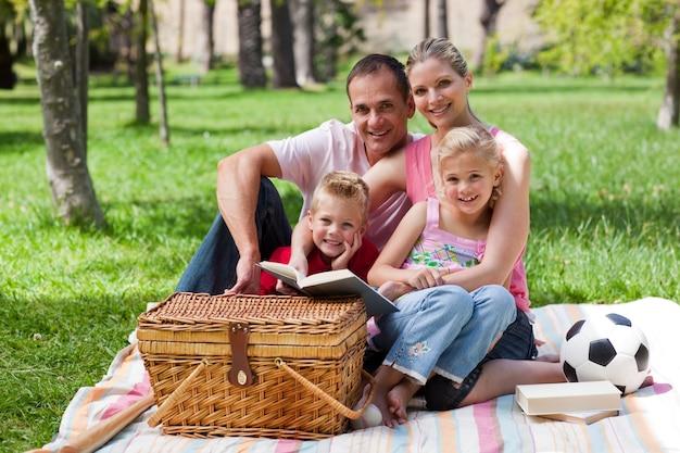 公園で楽しい幸せな家族