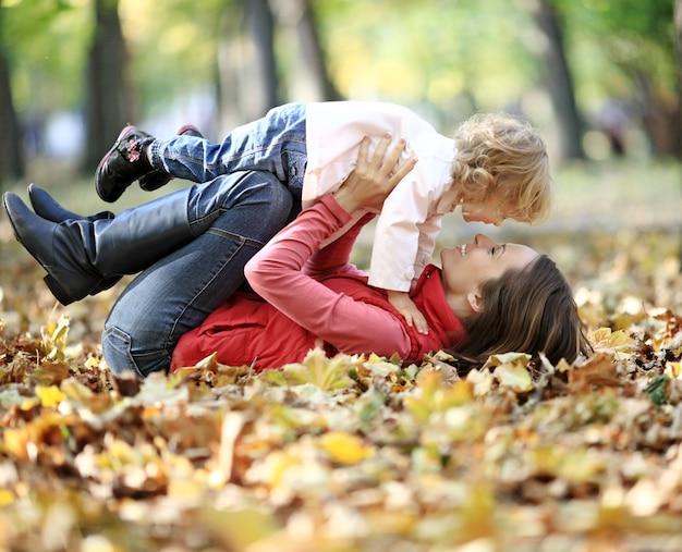 Счастливая семья весело в осеннем парке