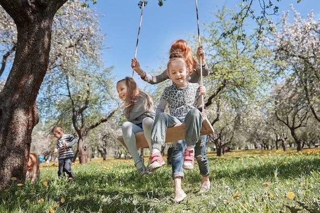 春の庭で楽しんで幸せな家族