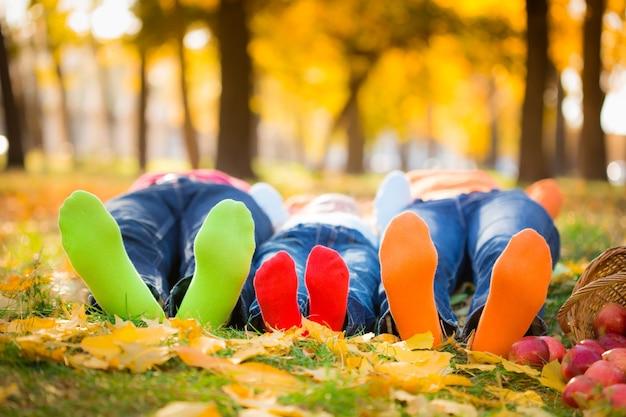 가을 공원에서 야외에서 즐거운 시간을 보내는 행복한 가족