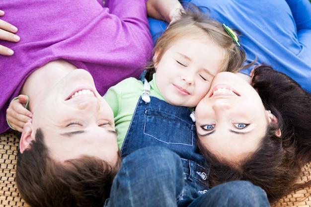 屋外で楽しんで幸せな家族