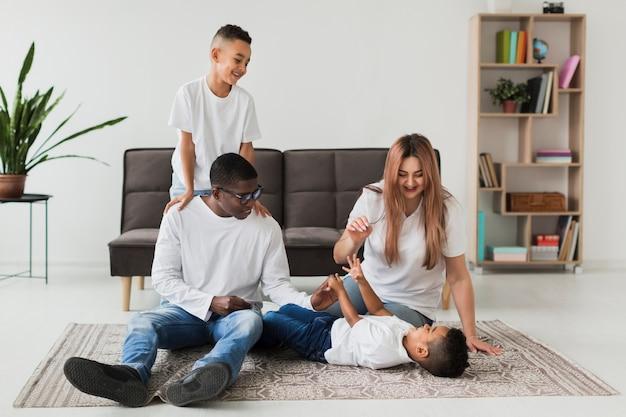 Счастливая семья весело вместе в помещении