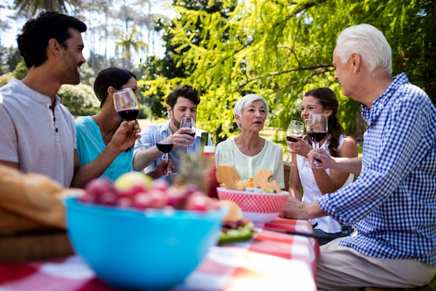 ワインのグラスを持つ幸せな家族