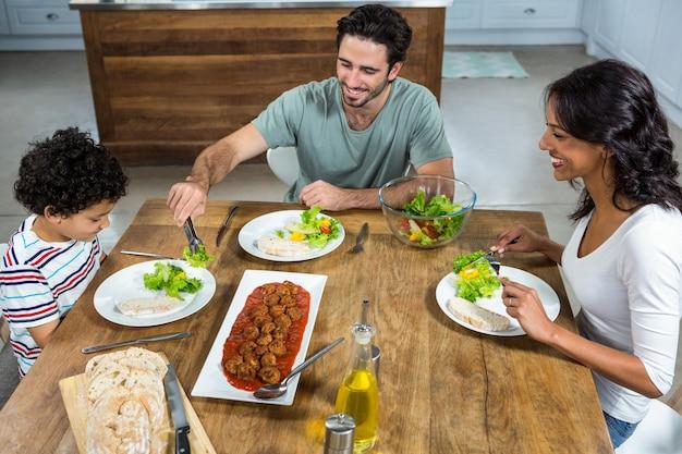 Счастливая семья, вместе обедая