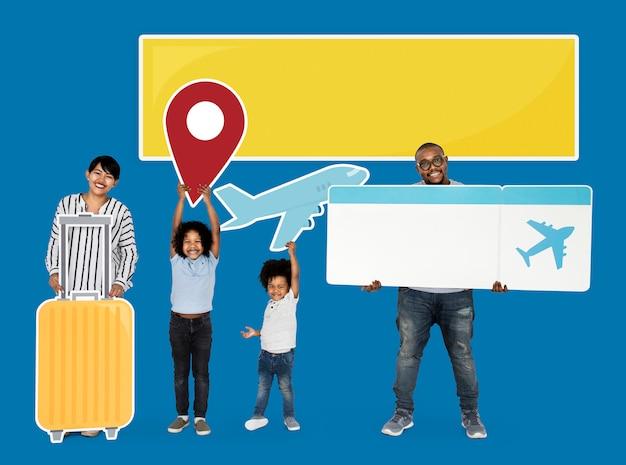 Счастливая семья держит значки путешествия и билет