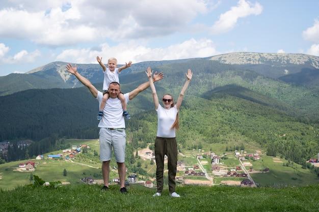 Счастливого семейного отдыха. родители и сын восхищаются видом на долину