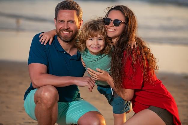 Счастливая семья, обнимая на пляже, отец и дети, играющие на пляже, концепция дружной семьи