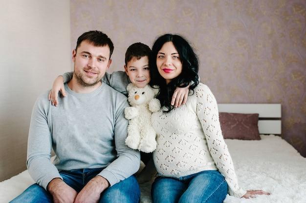 행복한 가족. 남편, 임신 한 아내와 집에서 아들.