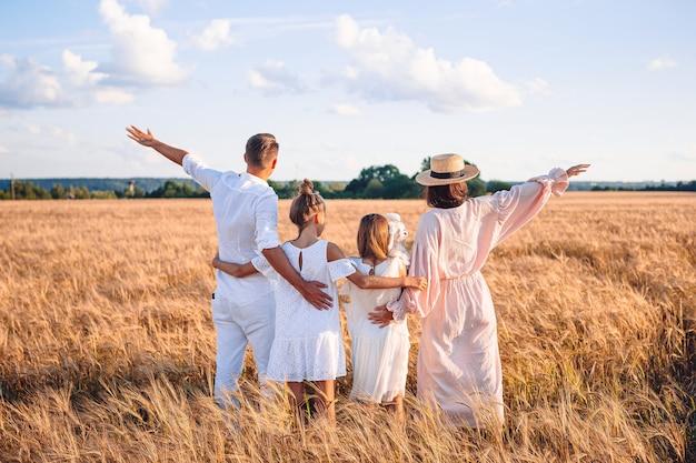 Счастливая семья в пшеничном поле