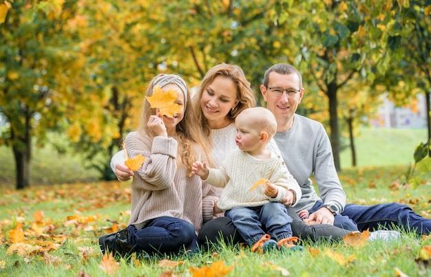 秋の公園で幸せな家族