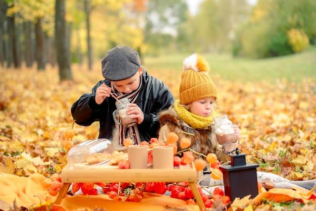 秋の公園で幸せな家族。