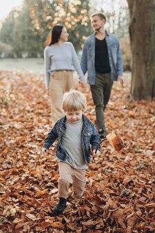 Счастливая семья в осеннем парке