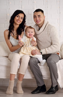 침대 연주와 미소에서 행복 한 가족