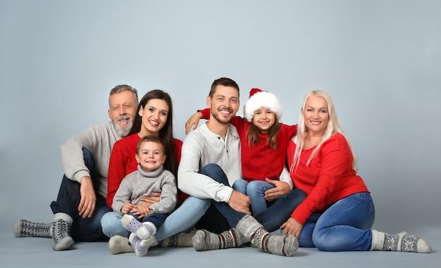 明るい背景の上のクリスマス気分で幸せな家族