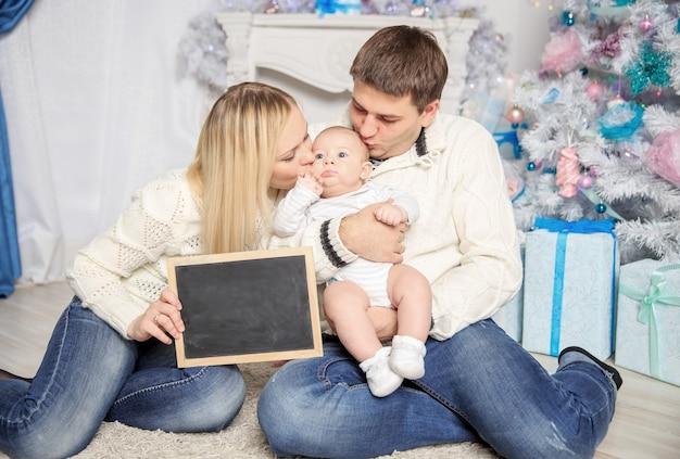 Счастливая семья в рождество.