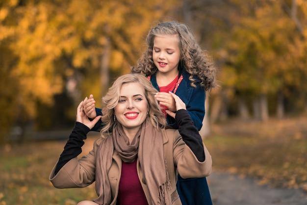 Счастливая семья в красочном осеннем парке.