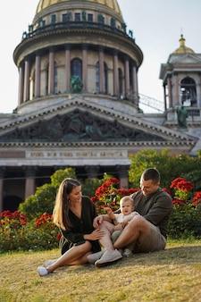 도시의 성 이삭 대성당 상트페테르부르크 여름 앞의 행복한 가족