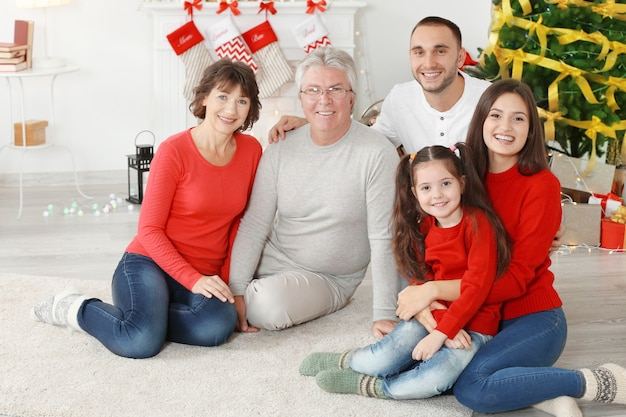 Счастливая семья в гостиной, украшенной на рождество