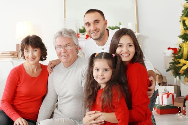 クリスマスのために飾られたリビングルームで幸せな家族