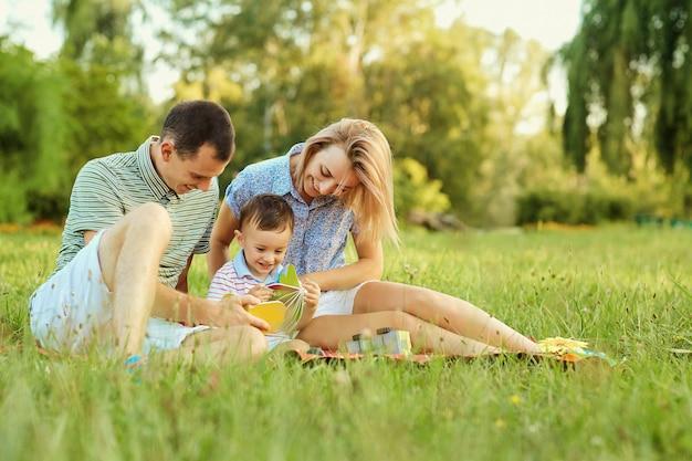 자연 속에서 행복한 가족. 자녀를 둔 부모는 공원에서 놀아요.