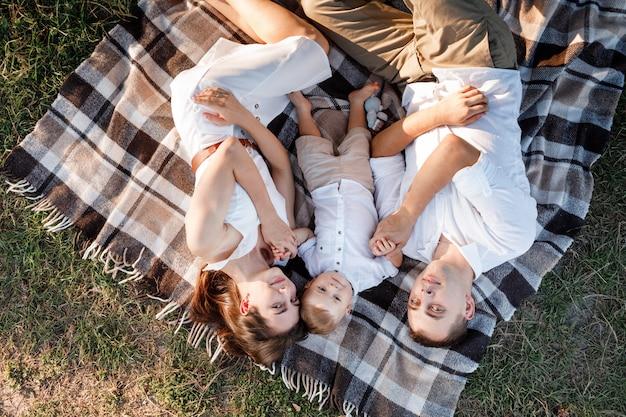 夏の日に一緒に時間を過ごす自然の中で幸せな家族