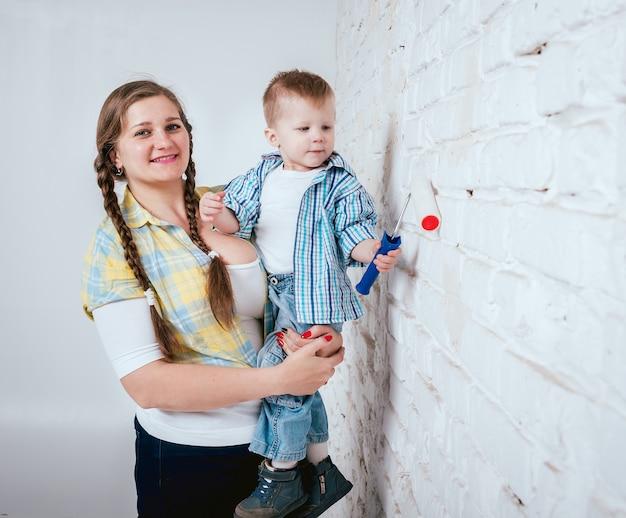 新しい家で幸せな家族。建設、修理、インテリア。