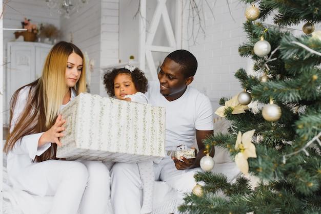 クリスマスの朝に幸せな家族