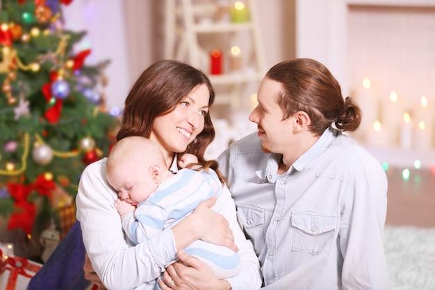 飾られたクリスマスの部屋で幸せな家族、クローズアップ