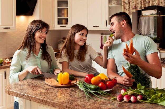 食品を準備するキッチンで幸せな家族
