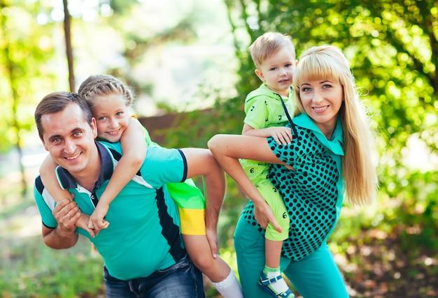 公園で幸せな家族。幸福。