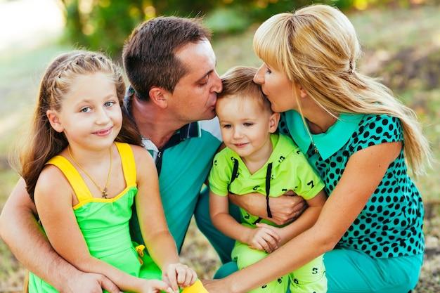 Счастливая семья в парке. счастье.