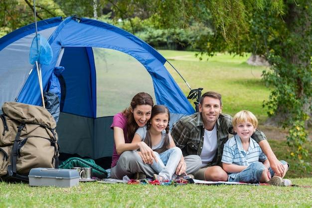 公園で一緒に幸せな家族