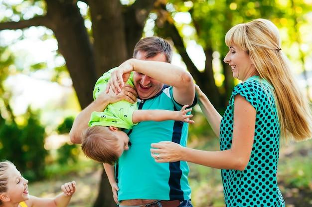 公園で幸せな家族。